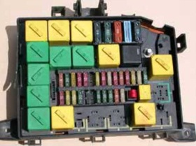AMR6405- pojistkový a relé box (benzín)